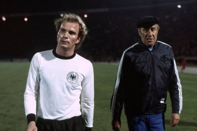 Uli Hoeneï¬ und Bundestrainer Helmut SchËn beide BR Deutschland